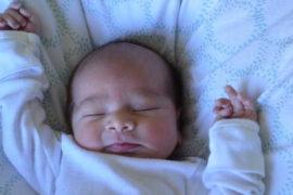 Peněžitá pomoc v mateřství (PPM) je dávka placená na základě nemocenské pojištění zaměstnanců nebo OSVČ. Na PPM máte nárok zpravidla během mateřské dovolené. Délka mateřské je 28 týdnů (196 dní) na jedno dítě nebo 37 týdnů (259 dní) na dvojčata. PPM je 70% z průměrné hrubé mzdy (redukovaného vyměřovacího základu).